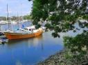 Hafen mit Blick auf Motorschiff