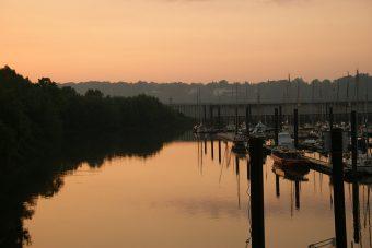 Hafen bei Sonnenuntergang
