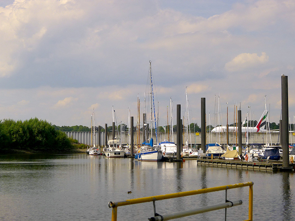 Segelyachthafen und Airbus