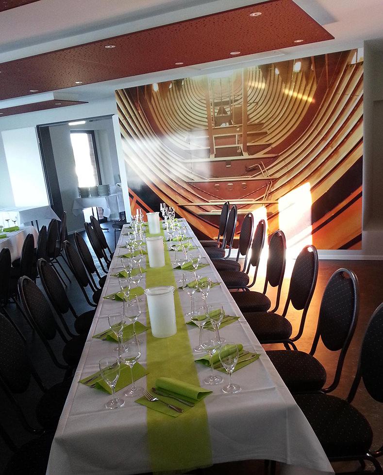 Veranstaltungsraum mit Tisch-Schmuck